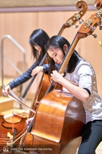 Bassists Juexiao Zhang (left) and Chloe Chang preparing for Shen Yun Symphony Orchestra's performance at Toronto's Roy Thomson Hall.