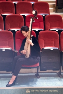 Pipa player Yu-Ru Chen finds a quiet corner to warm up in Yunlin Performing Arts Hall.