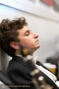 Il suonatore di timpani Brian Marple prende fiato durante l'intervallo.