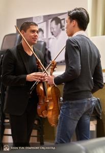 演奏について話し込む、バイオリニストのグスターヴォ・ブリセーニョとオースティン・ヂョン。