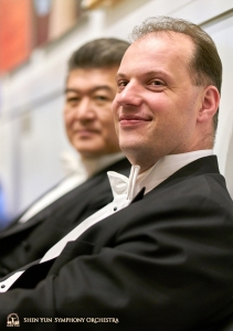 Kontrabasisterna Wei Liu och Juraj Kukan innan deras uppträdande i Carnegie Hall.