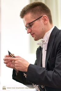 Stämledaren på klarinett Yvegeniy Reznik kontrollerar sitt instrument under pausen.