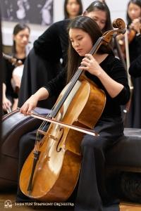 Cellisten Sunny Yang njuter av musiken.