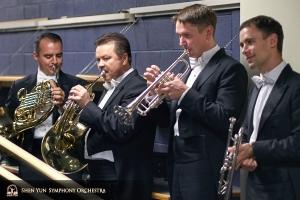 La sezione degli ottoni si prepara per uno spettacolo alla Symphony Center Orchestra Hall di Chicago.