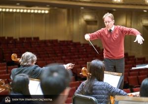Il direttore Dmitry Russu a lavoro con la sezione dei violoncelli.