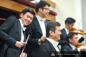 Von links: Die Violinisten Max Zhong und Wesley Zhou und der Bassist Wei Liu in Boston, der letzten Station der Konzerttournee 2019 des Shen Yun Symphony Orchestra.
