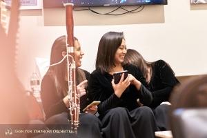 Da sinistra, la suonatrice di fagotto Gabriela Gonzalez, la solista di erhu Linda Wang e la suonatrice di arpa Shirley Guo.