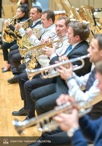 Shen Yuns symfoniorkesters musiker på trumpet och valthorn.