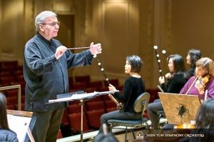 Dirigent Milen Nachev probt mit dem Erhu-Trio.