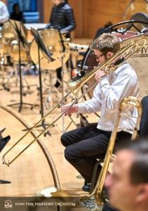 Il primo trombonista Alistair Crawford alla massima estensione.