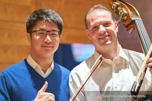 Il violinista Wesley Zhou e il bassista Juraj Kukan in posa prima dello spettacolo a Chicago (foto di TK Kuo).
