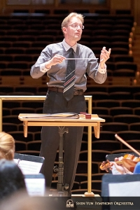 Dirigenten Dmitry Russu i arbete under en repetition vid Strathmores musikcenter, North Bethesda, Maryland. (Foto: slagverkare Tiffany Yu)