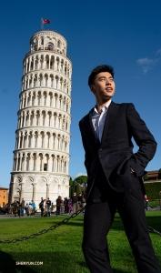 Первая остановка – Флоренция, Италия. Танцор Сэм Пу посещает Пизанскую башню в преддверии пяти выступлений в Teatro del Maggio Musicale Fiorentino, билеты на которые распроданы полностью. (Фото: Эндрю Фун)