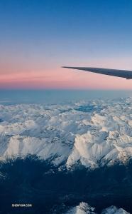Тем временем другая компания Shen Yun летит над горами, чтобы начать европейский этап турне. (Фото: танцор Эндрю Фун)