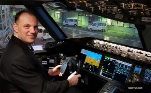 Ведущий контрабасист Юрай Кукан помог исполнителям мягко приземлиться (шутка). После приземления экипаж самолёта любезно позволил артистам Shen Yun заглянуть в кабину нового Boeing 787-10 Dreamliner.