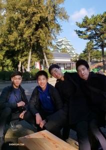 Танцоры (слева направо) Аллен Лю, Даниэль Сунь, Феликс Сунь и Пётр Хуан осматривают территорию замка. (Фото: Тони Чжао)