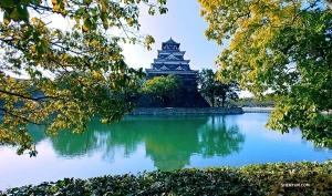 Взгляните на классическую архитектуру замка Хиросимы. Он был построен в 90-х годах XVI века. (Фото: Евгений Резник)
