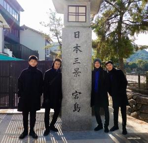 Les danseurs (de gauche à droite) Bryant Zhou, Chad Chen, Daniel Sun et Felix Sun à la découverte de l'île Miyajima.
