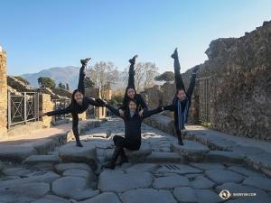 Sophie Xie erbjuder sina dansarkollegor, (från vänster) Xindi Cai, Ceci Wang och Jenni Song, stöd medan de gör balansövningar i staden, som blev väl bevarad av askan från utbrottet av berget Vesuvius år 79 e.Kr.   (Foto: dansaren Diana Teng)