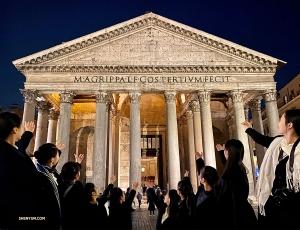 Dansare presenterar ett av de bäst bevarade monumenten i Rom: Gudarnas tempel - Pantheon!   (Foto: Rachael Bastick)