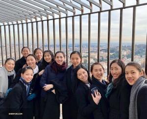 Après avoir grimpé 551 marches (mais d'ailleurs, qui les a comptées ?), les danseuses de la Shen Yun Touring Company atteignent le haut du dôme de la Basilique Saint Pierre.   (Photo de la Soprano Rachael Bastick)