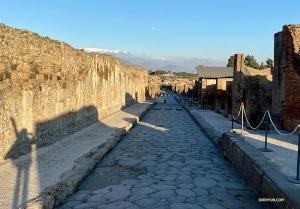 Aperçu de la lune au loin depuis une des rues de Pompéi.   (Photo de Rachael Bastick)