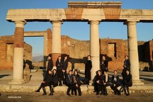 Artisterna poserar bland forntida romerska ruiner efter fyra utsålda föreställningar i Neapel på Teatro di San Carlo.