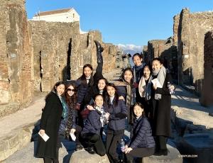 Solbelysta leenden på en stenlagd gata i Pompeji, en stor arkeologisk plats nära Neapelbukten.