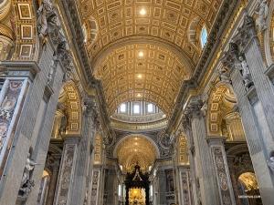 Le groupe découvre l'intérieur de la Basilique Saint Pierre, ce haut lieu de l'architecture de la Renaissance.   (Photo de Han Ye)