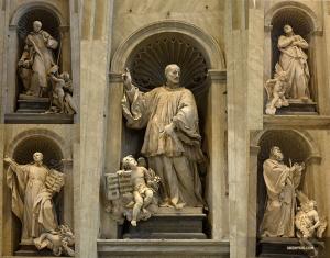 Des statues aux détails complexes de Saints chrétiens ornent l'intérieur de la Basilique Saint Pierre.   (Photo de Yuli Ye)