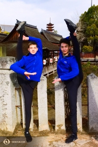 Dansare Lee Rubacek (vänster) och Stanley Lin håller benen lika raka som stolparna i staketet av stenar.