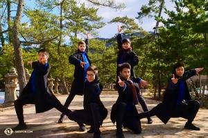 Artisterna formar en pose tillsammans på gågatan (inga fotgängare blockerades när man tog den här bilden).   (Foto: dansaren Tony Zhao)