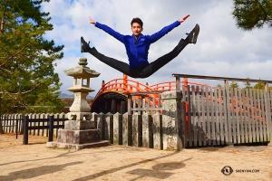 Stanley Lin når upp till hög höjd när han hoppar upp från en trottoar - ingen trampolin krävdes!