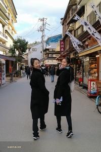 Typiskt för damer, solistdansarna Melody Qin (till vänster) och Michelle Lian ger sig iväg för att kolla in butikerna.