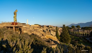 Uno scorcio della Pompei moderna da lontano. (Foto di Daniel Jiang)