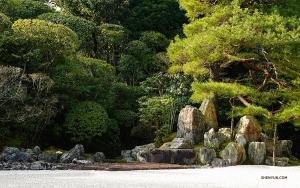 Shen Yun New York Companys artister besöker templet Konchi-in, känt för sin pittoreska trädgård. (Foto: Felix Sun)