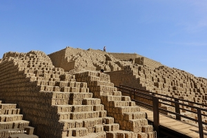 Pendant ce temps, la Shen Yun International Company visite Huaca Pucllana, une pyramide antique à Lima au Pérou. (Photo de Jeff Chuang)