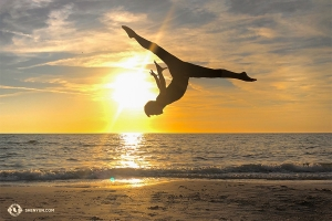 Dancer Monty Mou in front of the spectacular sunset. (Photo by Alvin Song)