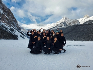 雖然是冰天雪地,但演員們熱情高漲,燦爛的笑臉彷彿冰雪中綻放的花朵。