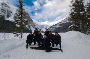 雪の上で開脚する張如日の背後にいるのは、バイオリニストのウィル・ヂョウ、ダンサーの鈴木鋭、テオ・イン、ショーン・レン、アントニー・クオ、梁鈞、ジャック・ハン。(撮影:ベン・チェン)