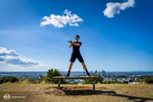 街の景観を背後にポーズするダンサーのトニー・シュエ。