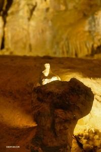 洞底から形成されるものは石筍(せきじゆん)と呼ばれる。