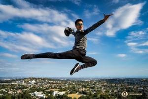 オークランドの上空を飛ぶスーパーヒーロー!(撮影:トニー・シュエ)