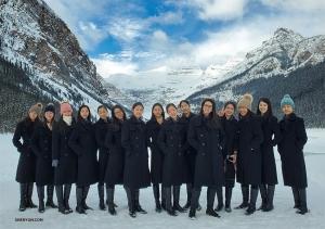 カナダのバンフにあるルイーズ湖で、寒い中ポーズする15名のダンサーたち。(撮影:リジャイナ・ドン)