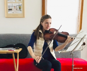 中提琴演奏家Paulina Mazurkiewicz正在演奏巴赫的幻想曲Cromatica。