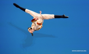 Layout step out by Johnny Tsai in his self-selected dance. (Junior male gold award co-winner)
